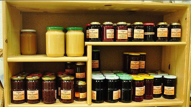 Навсякъде ще ви предложат качествен мед и сладка, конфитюри и компоти от екологично чисти плодове.