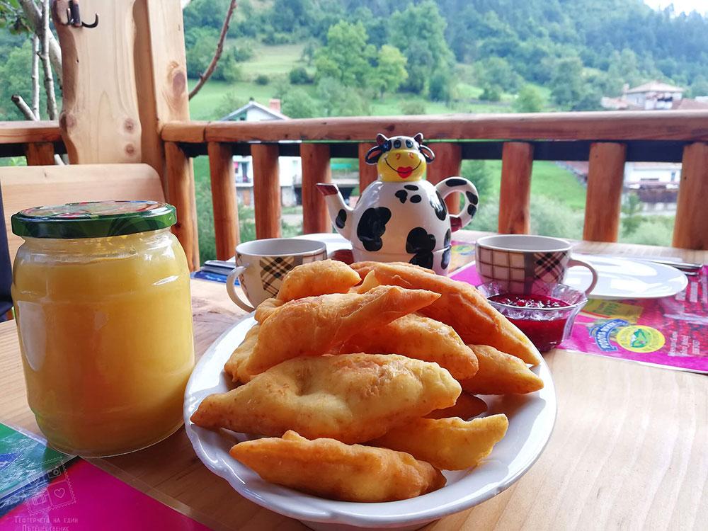 На закуска в къща за гости Млечен дом с родопски бухти с домашен мед и домашно малиново сладко