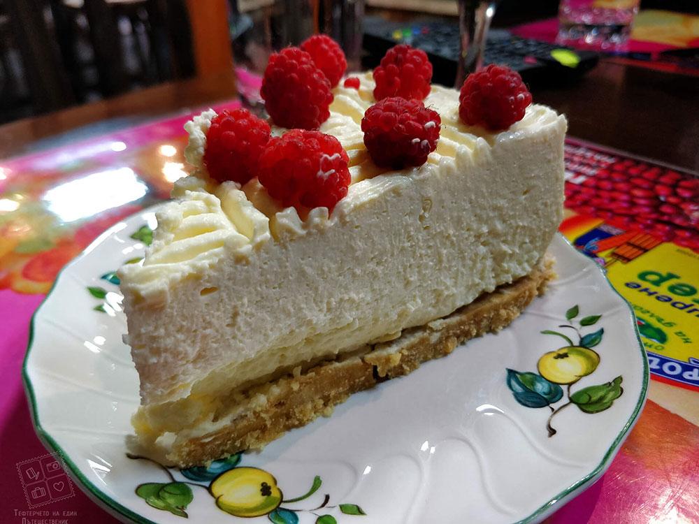 Парче от вкусната домашна торта-къща за гости Млечен дом в село Смилян