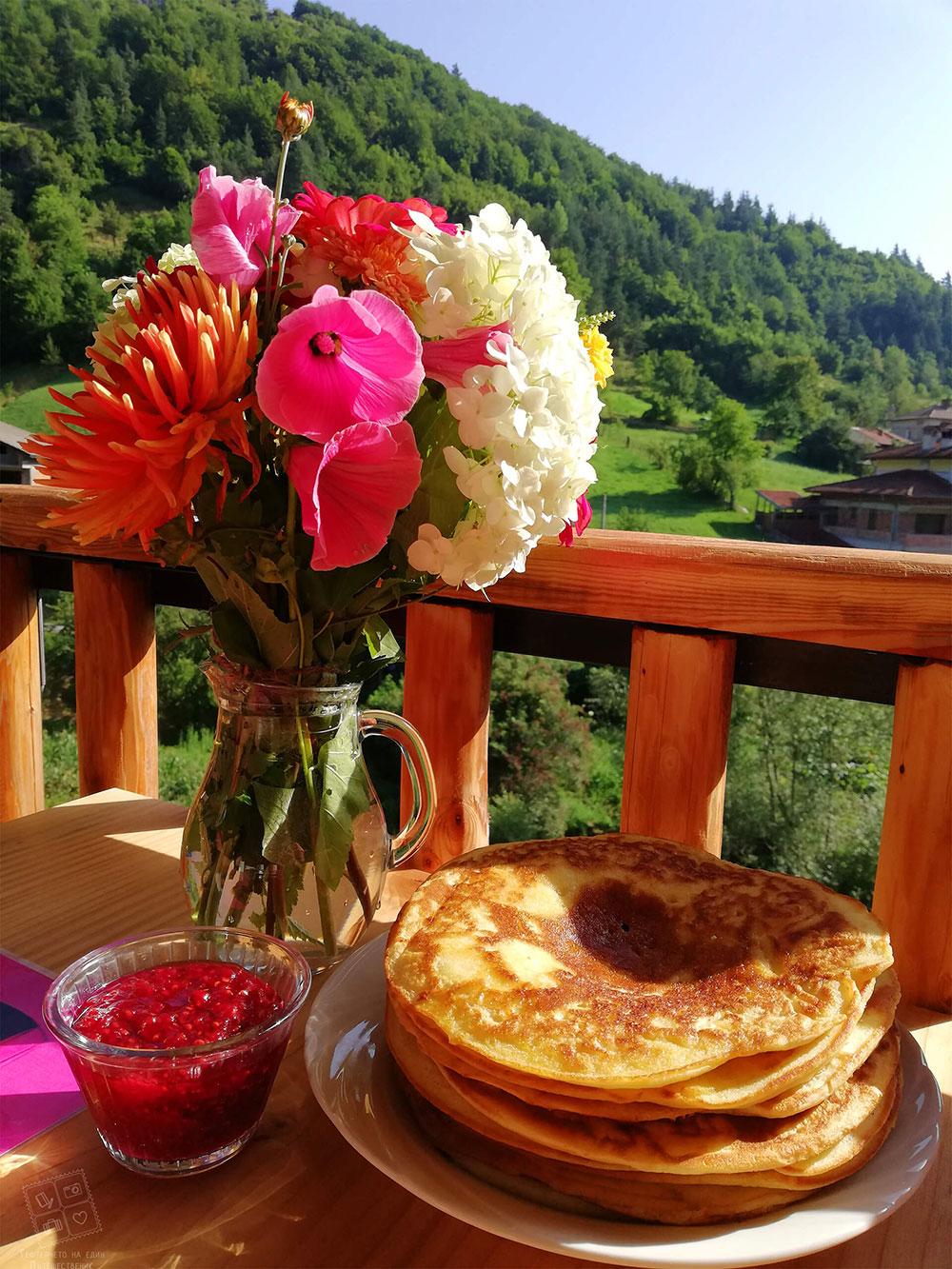 Родопски палачинки с домашно малиново сладко-къща за гости Млечен дом в село Смилян