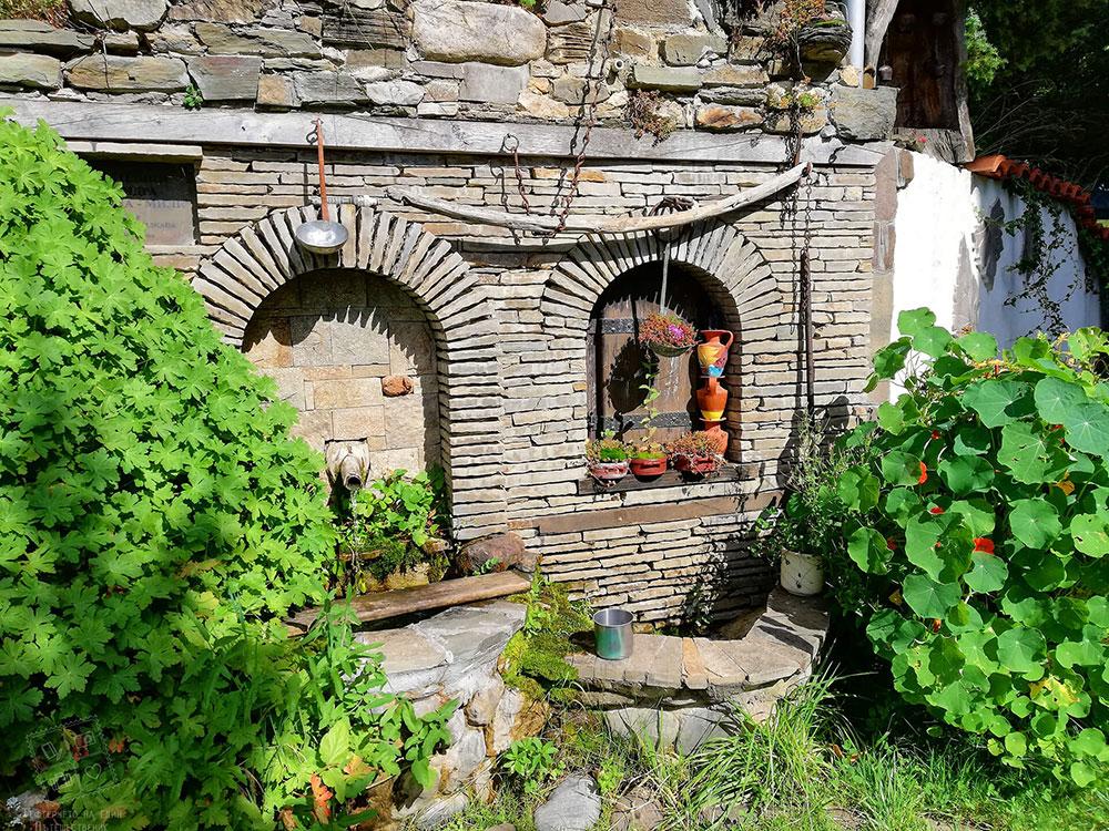 Чаровна чешмичка в градина на къща за гости Млечен дом, село Смилян
