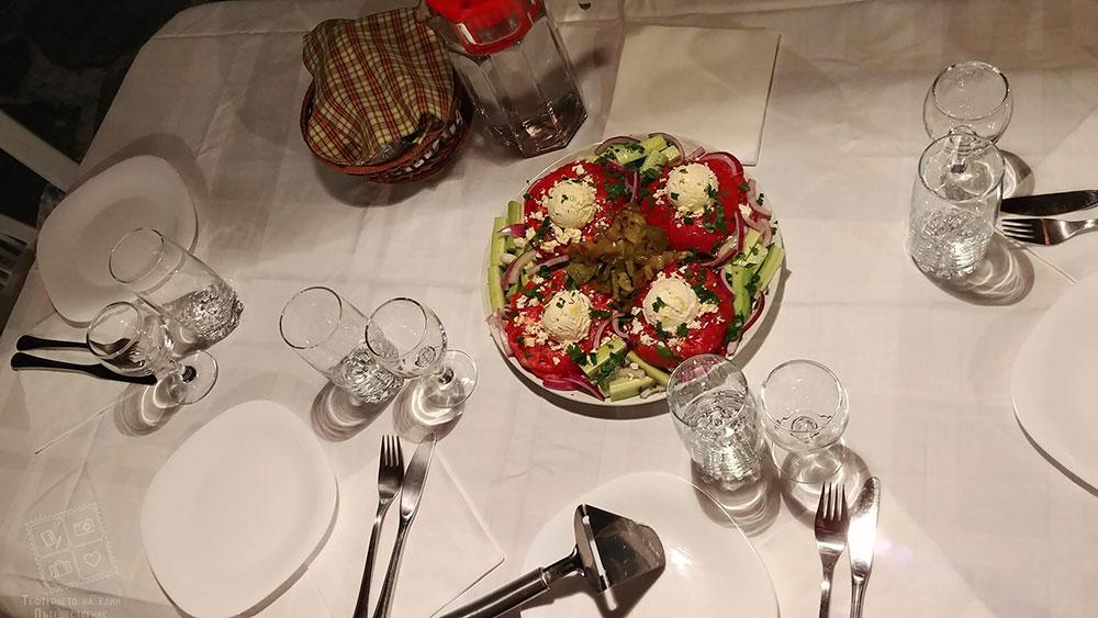 Вкусна и красиво поднесена домашна салата-къща за гости Млечен дом в село Смилян
