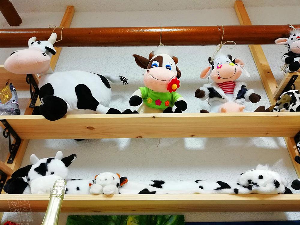 Интересна колекция от кравички в комплекс Млечен дом, село Смилян