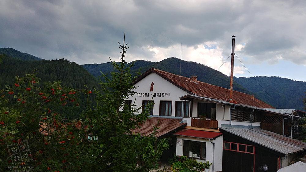 Мрачни облаци над мандра Родопа милк, село Смилян
